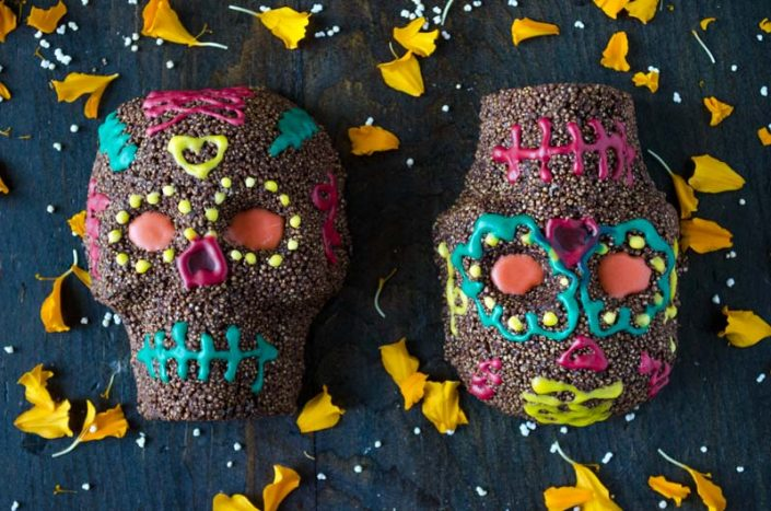 Vegan chocolate and amaranth skulls for the day of the dead with colorful royal icing, very easy to do, and are quite delicious!
