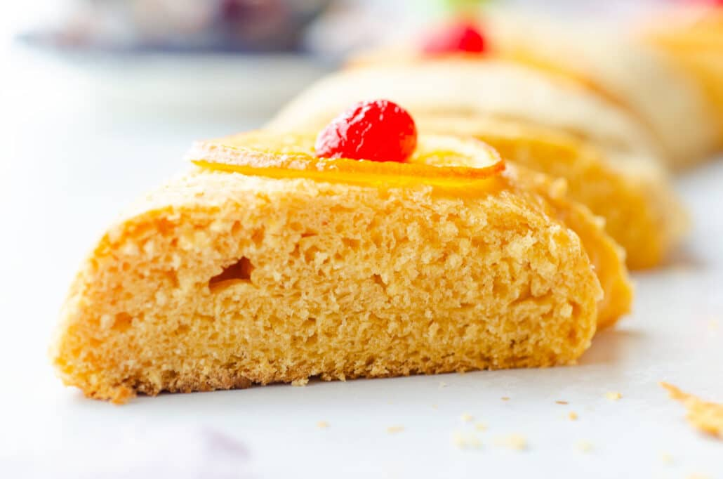 a close up of a piece of rosca